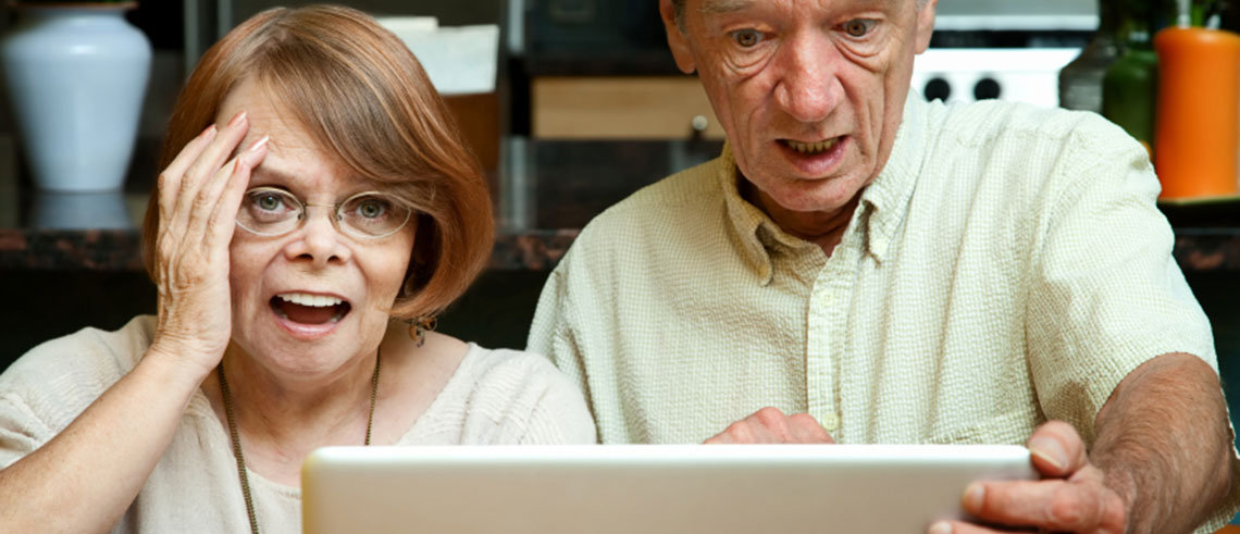 photo-couple-looking-at-computer-monitor-wide